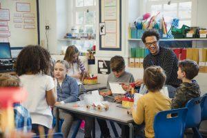 Por que as competências ensinadas na escola não refletem a realidade do mercado de trabalho