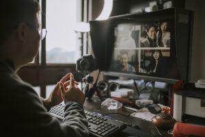 Como tem sido a experiência de educadores e estudantes com as aulas on-line no ensino superior?