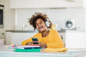 Alfabetização no ensino remoto combina WhatsApp e material impresso, aponta pesquisa